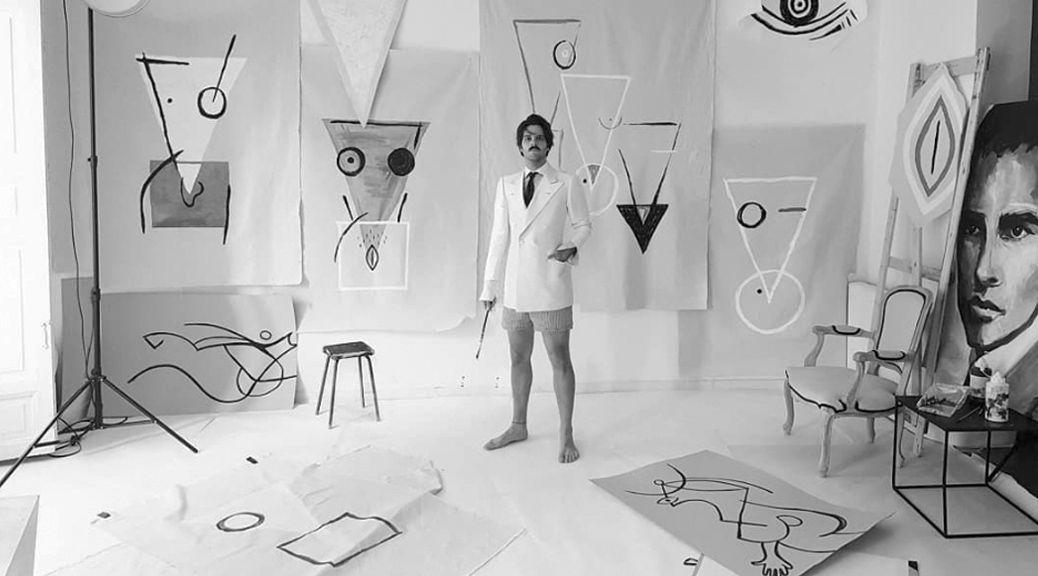 Ernesto Artillo en su estudio con bocetos de los símbolos con los que representa a la mujer. Instagram.
