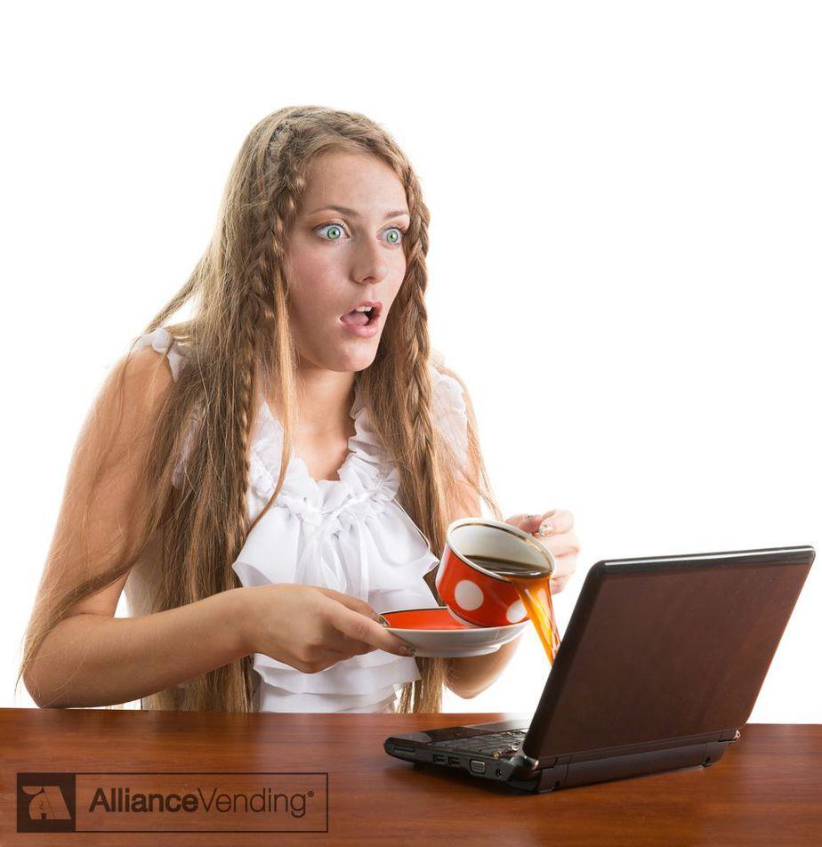 derramar café sobre el ordenador no es bueno - Alliance Vending