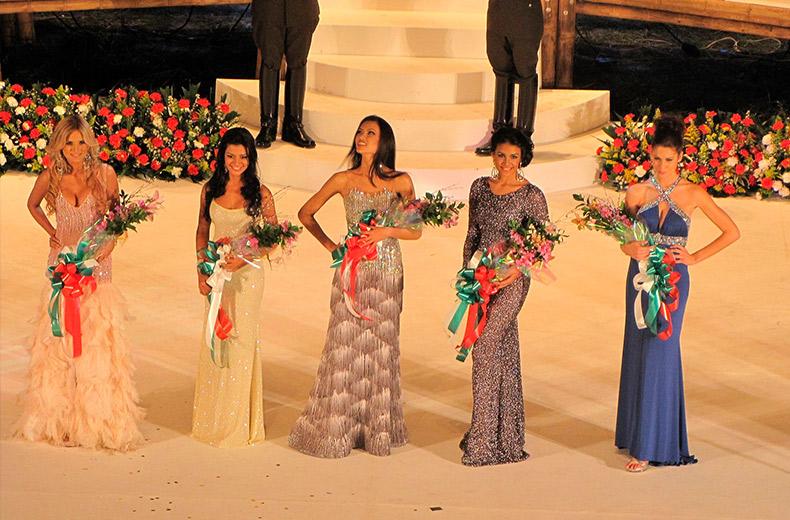 Las cinco finalistas en la ceremonia de coronación del Reinado Internacional del Café 2011.